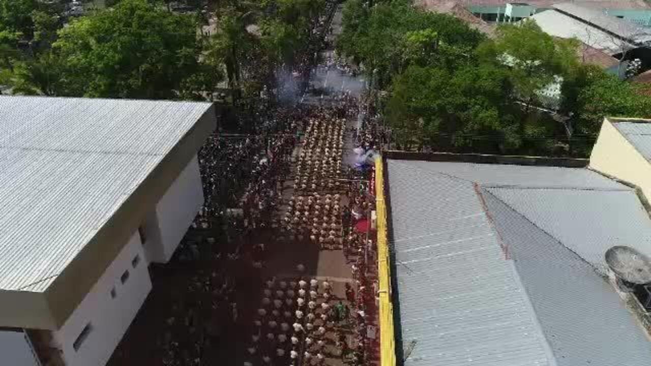 Imagens mostram tumulto após homem jogar gás durante desfile cívico em Rio Branco