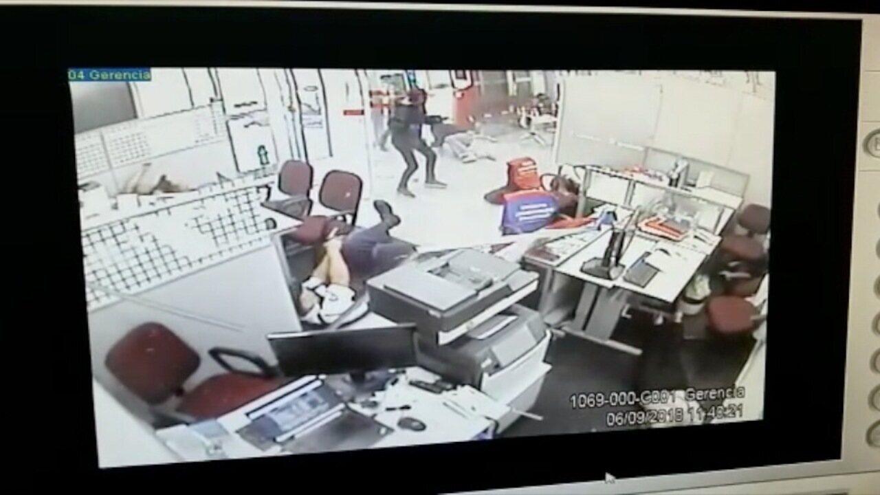 Vídeo mostra momento em que criminosos tentam assaltar banco em Pindamonhangaba