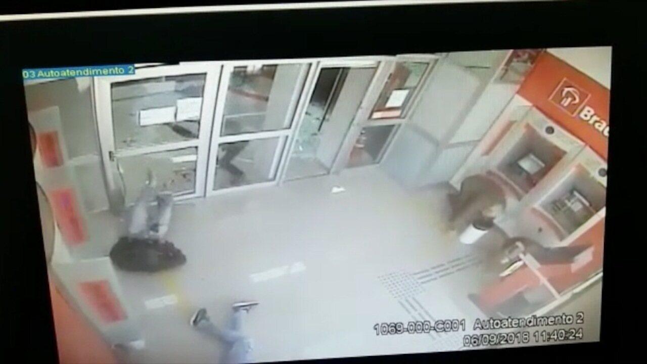 Vídeo mostra assalto a banco na área de caixas eletrônicos em Pindamonhangaba