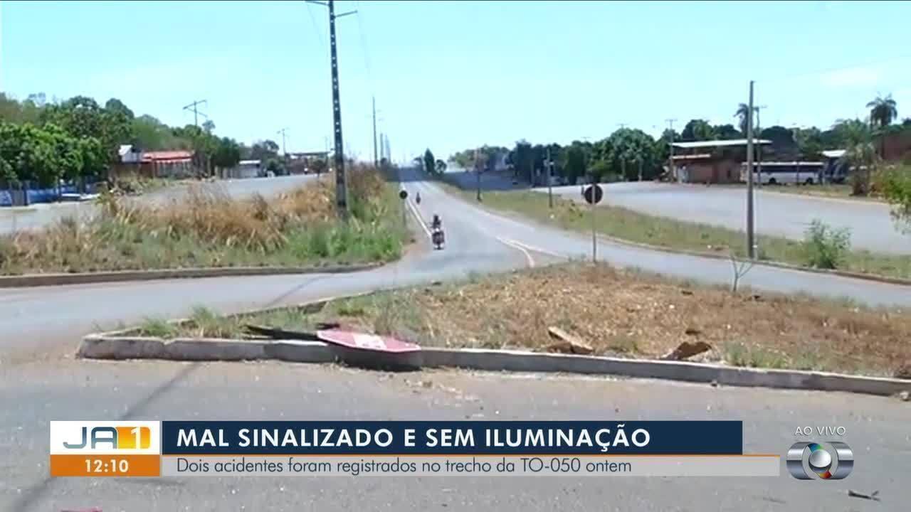 Câmeras de segurança flagram momento em que motociclista bate em placa de trânsito