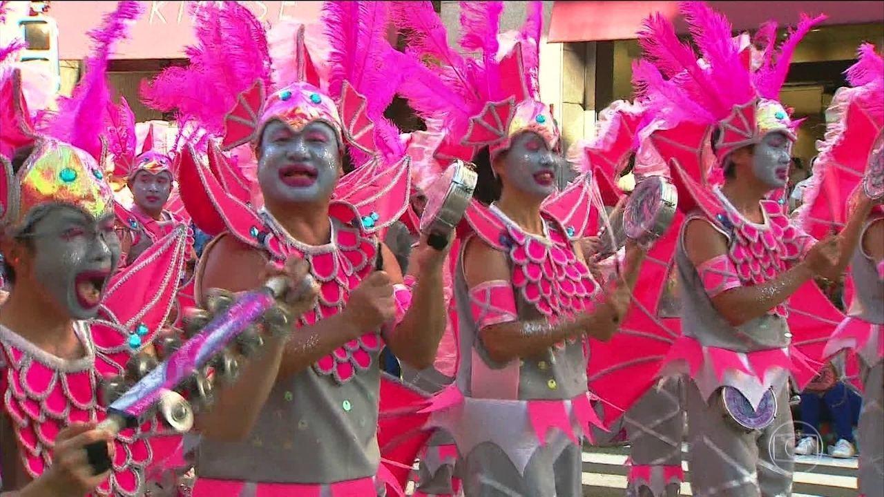 Desfile de escolas de samba em Tóquio reúne 500 mil pessoas