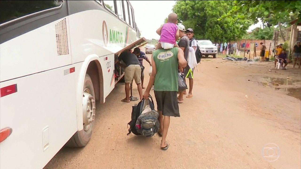 Dezenas de venezuelanos voltam para casa com medo da violência em Boa Vista