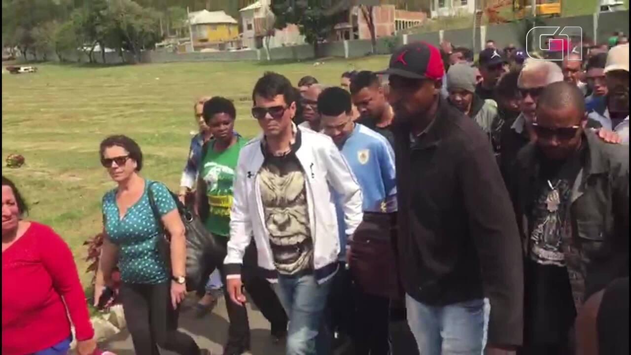 Cantor Todo Tatuado Brasileiro multidão se despede de mister catra