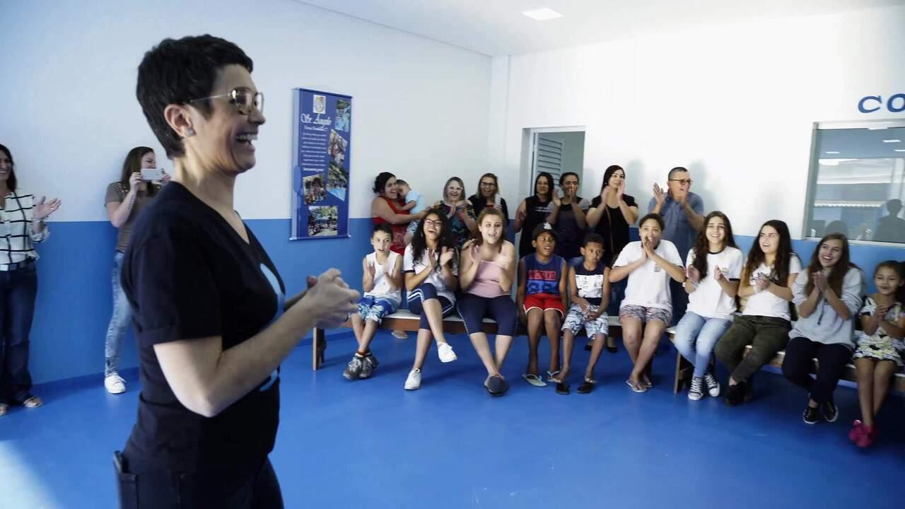 Sandra Annenberg visita a Associação da Vila Ilhéus em Barueri (SP)