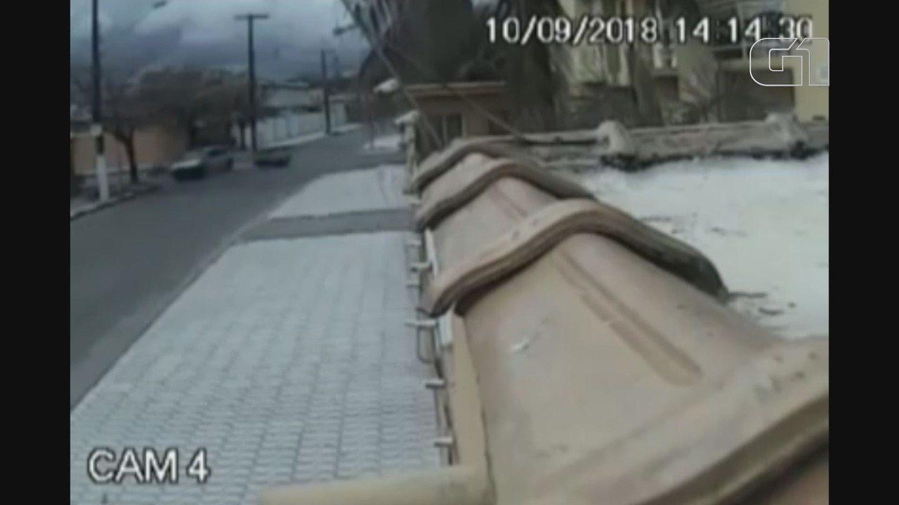 Motociclista 'voa' sobre carro após desrespeitar sinalização em cruzamento de Bertioga, SP