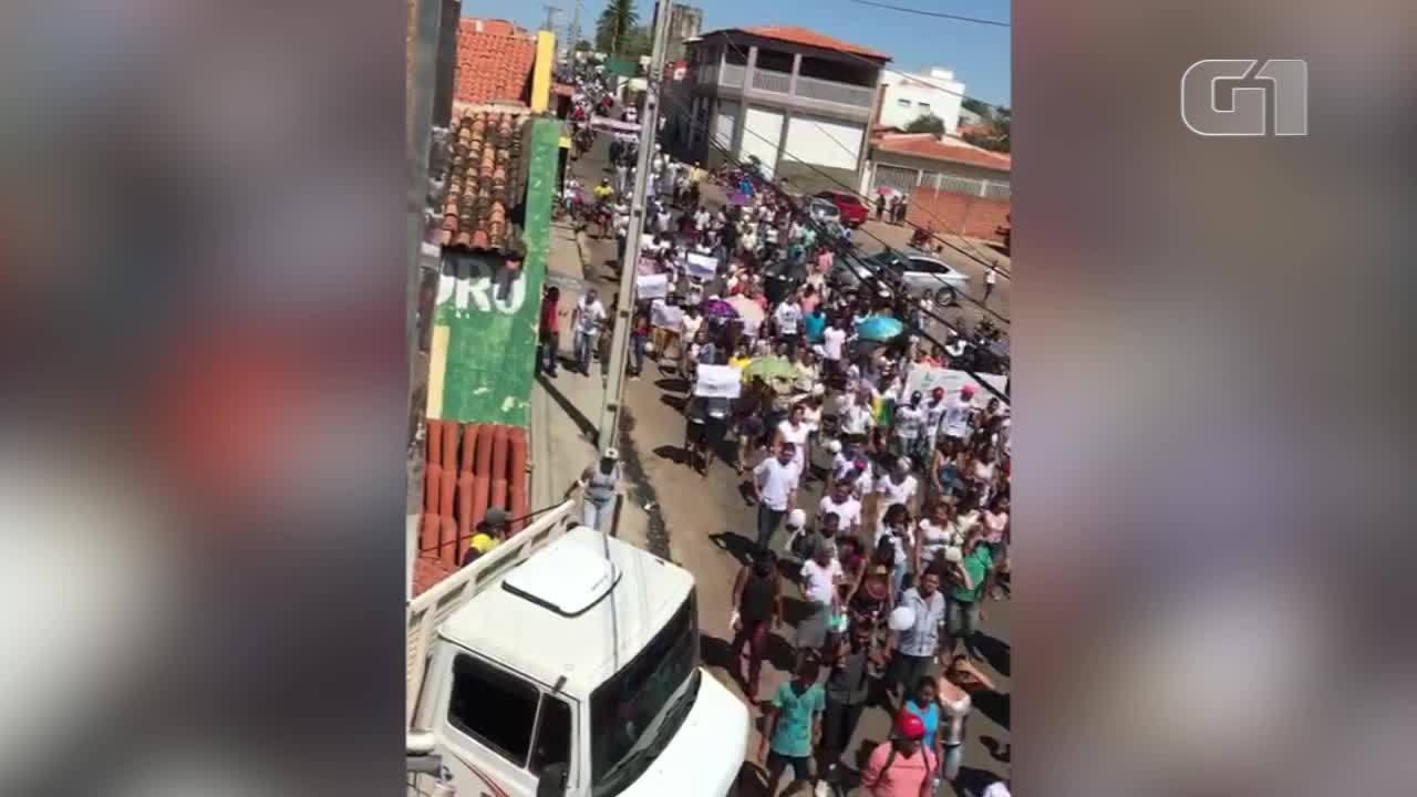 População de Canto do Buriti faz manifestação contra violência após morte de vaqueiro.