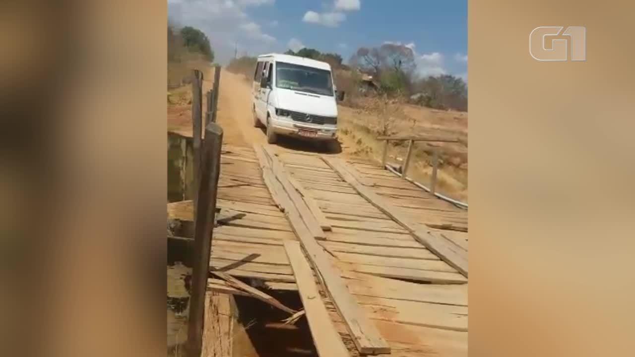 Van escolar passa por ponte de madeira quebrada