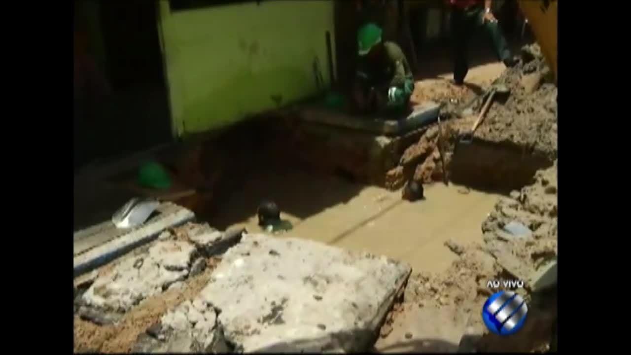 Moradores denunciam um vazamento de água na rua Acampamento, na Sacramenta, em Belém