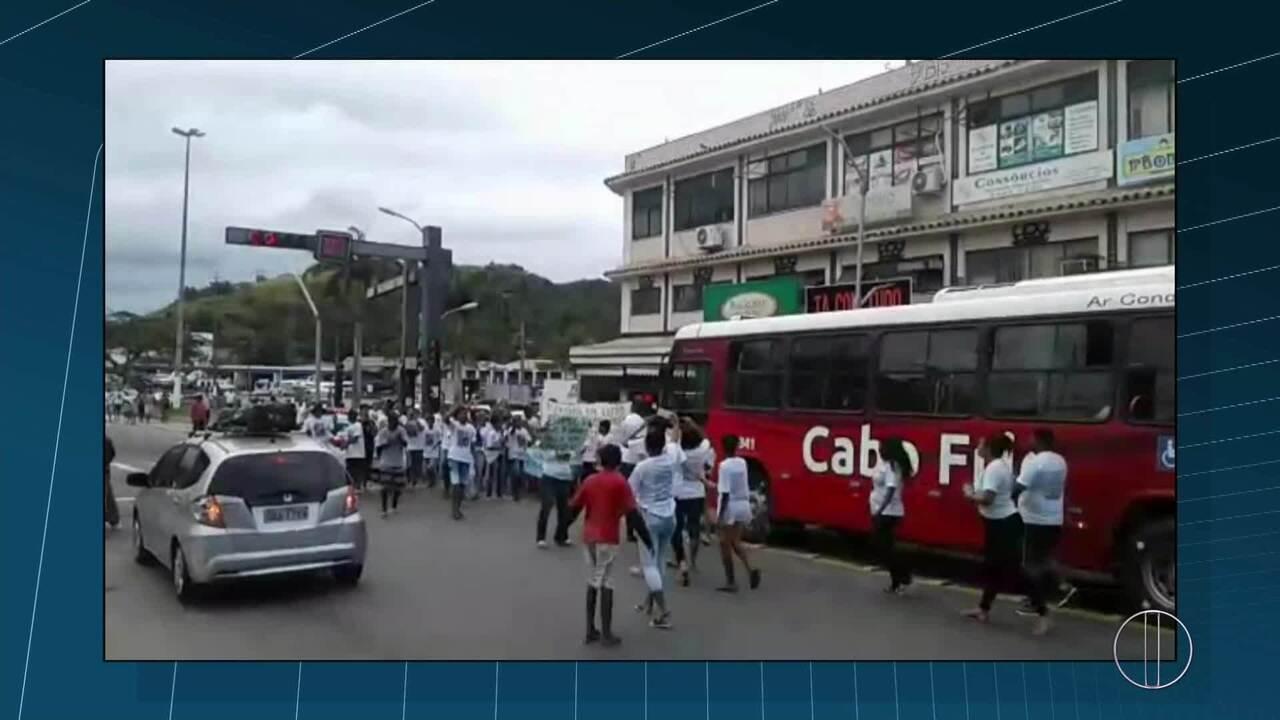 Moradores do bairro Jacaré protestam pelas ruas de Cabo Frio, RJ, pedindo paz