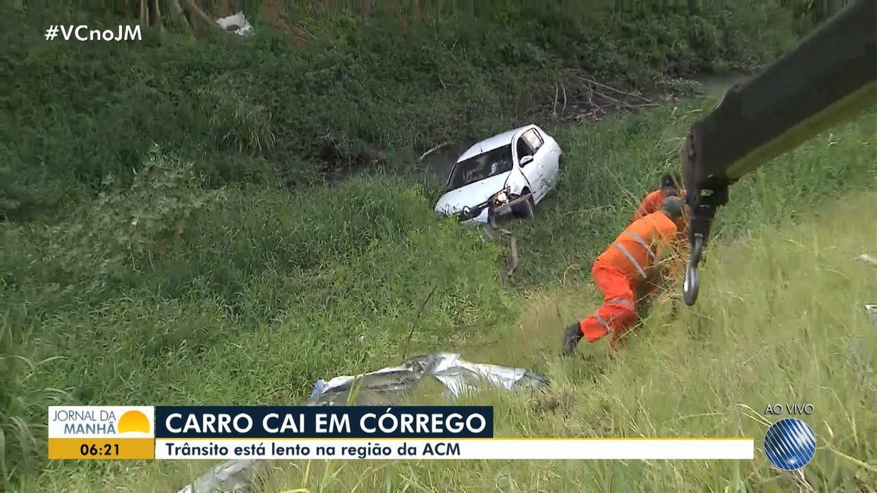 Veículo cai em córrego na Avenida ACM, em Salvador
