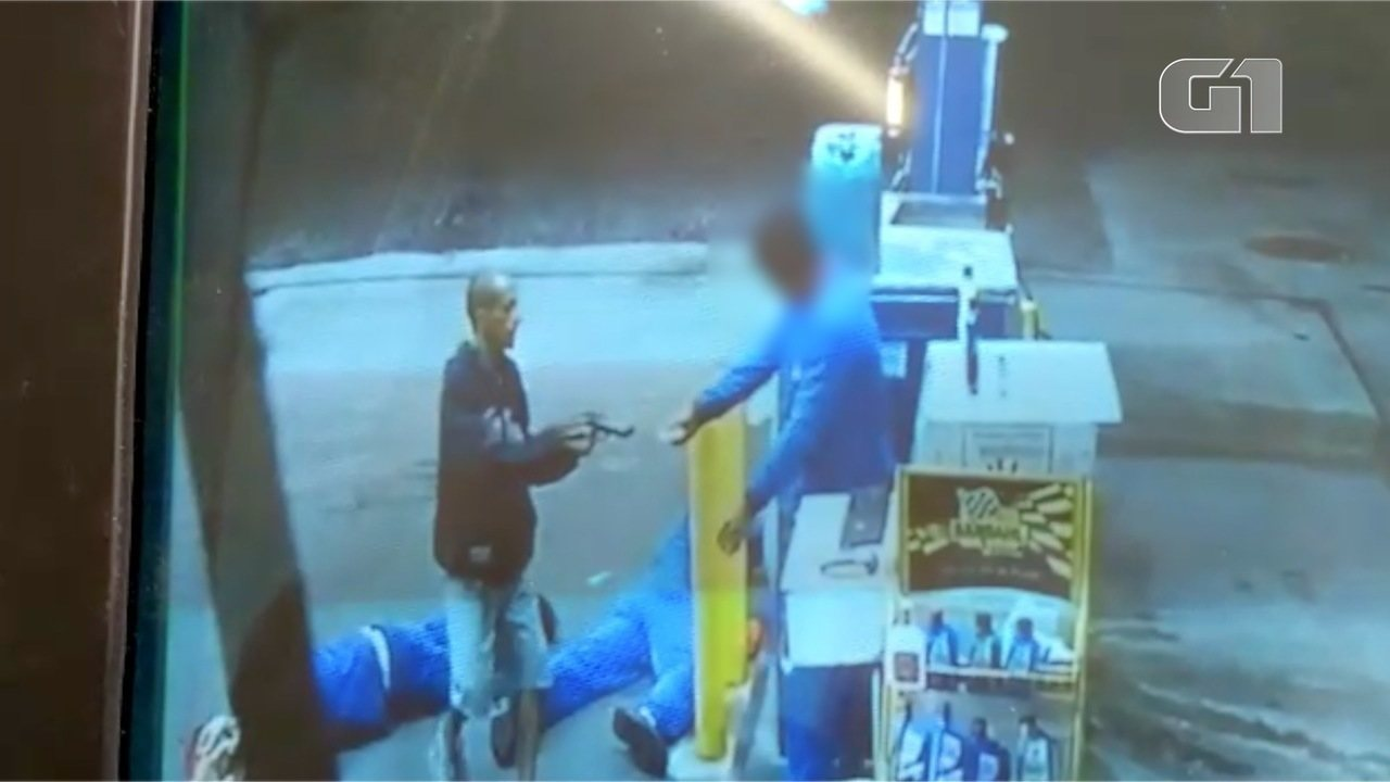 Resultado de imagem para Assaltante chuta e pisa em frentistas rendidos durante roubo a posto