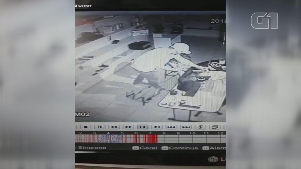Câmera de segurança registra furto de ladrões em loja de informática em Rio Preto