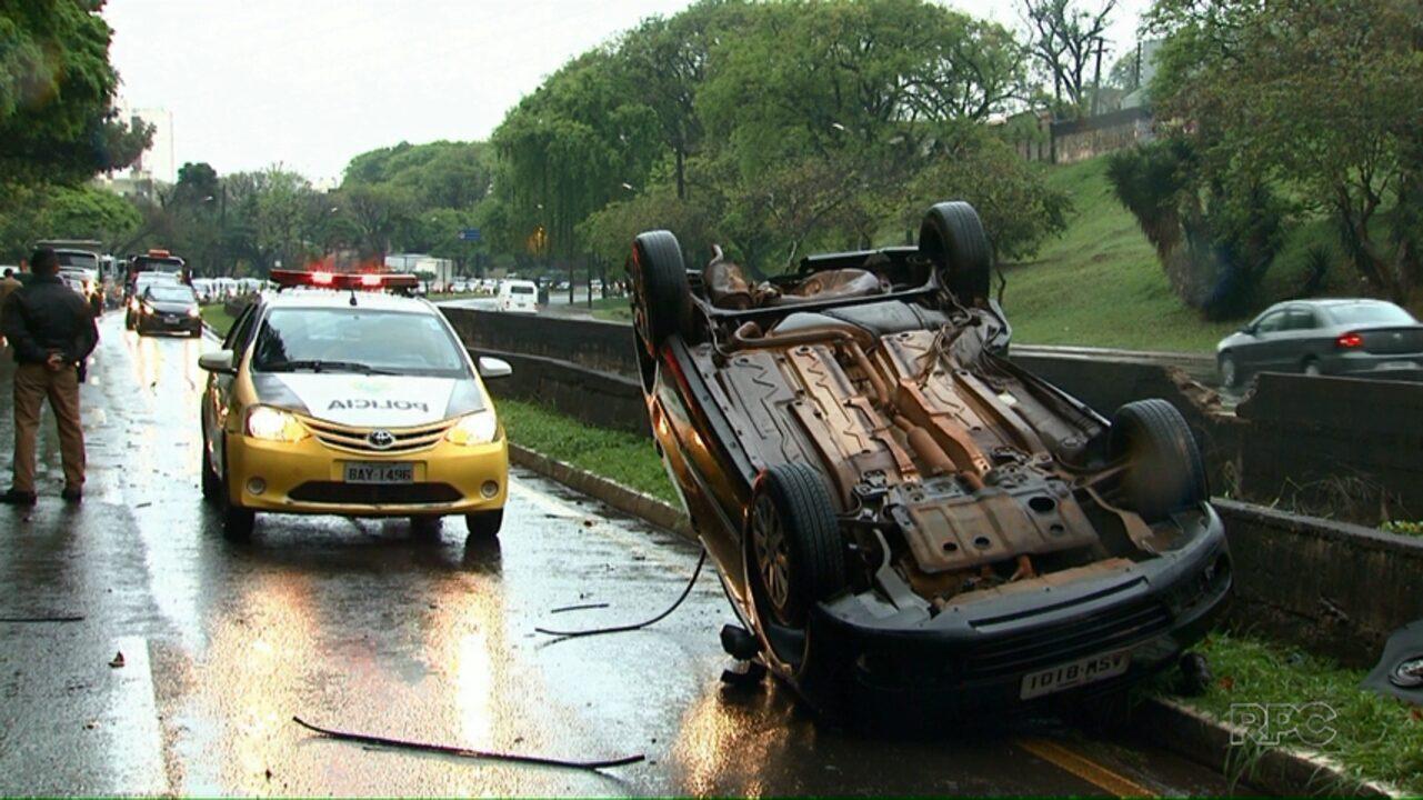 Mulher morre após carro capotar em avenida de Londrina
