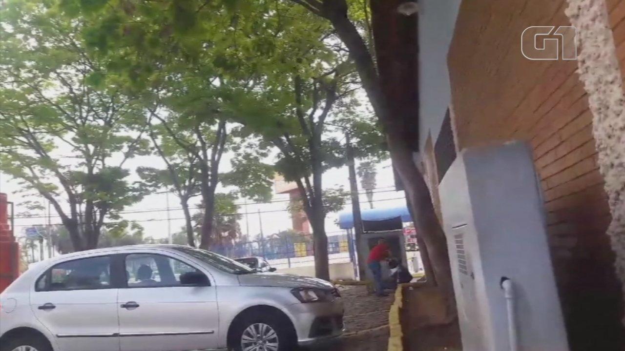 Funcionário joga balde de água em morador de rua que estava em frente a churrascaria