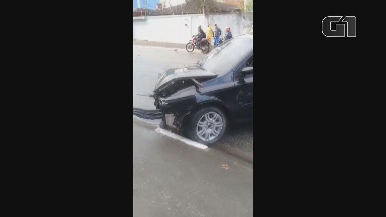 Carro bate em poste e deixa dois jovens feridos, em Guarujá, SP
