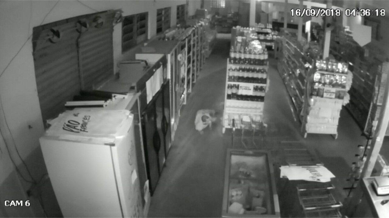 Ladrão rasteja em supermercado de Campo Grande