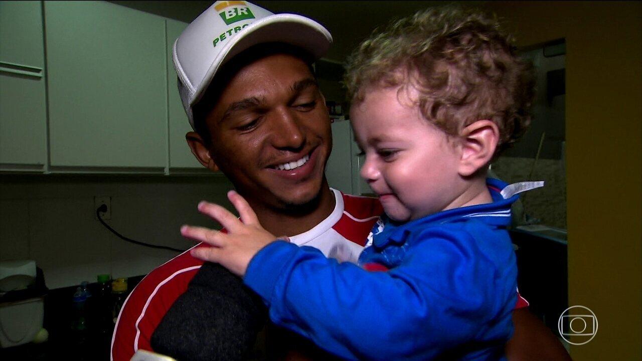 Isaquias se diz fã de Ceni e Galvão, fala sobre ser pai e desafia Tiago Leifert no Fifa