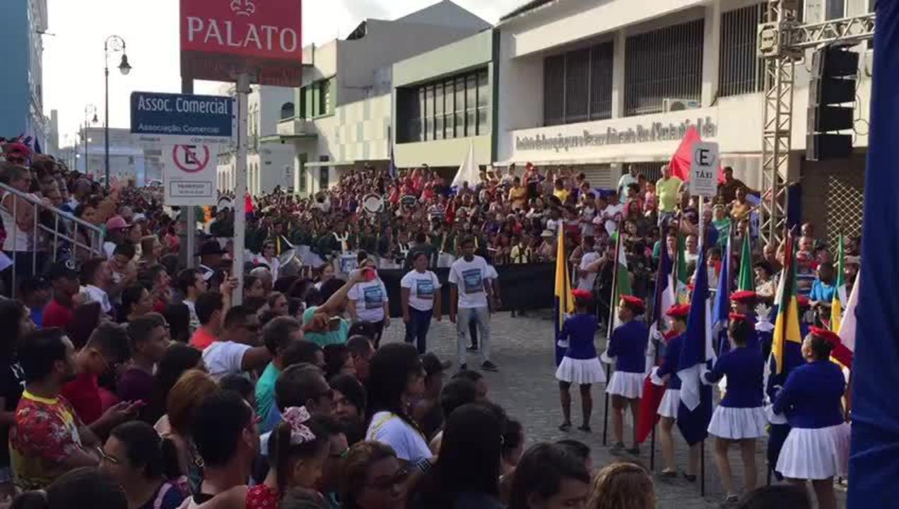 Público acompanha desfile da Emancipação Política de Alagoas