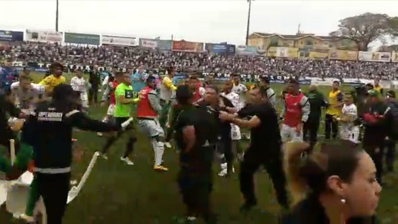 Briga generalizada entre jogadores e comissões técnicas de Operário-PR e Cuiabá