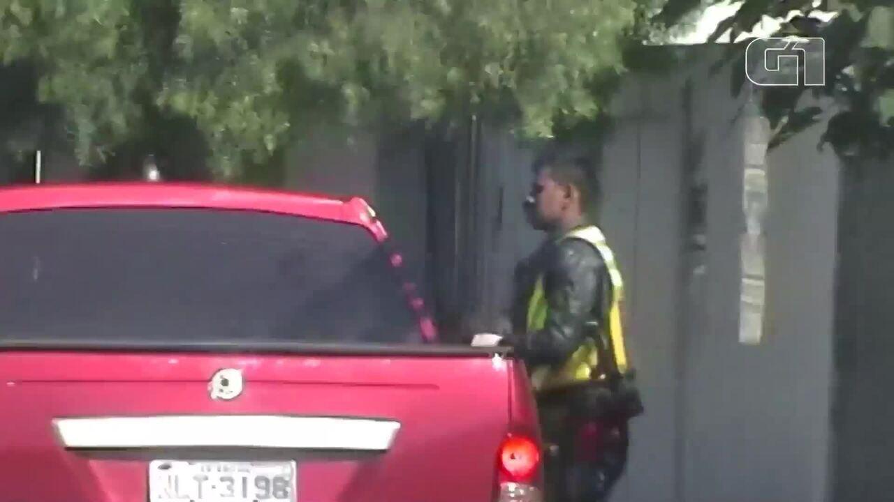 Vídeo mostra homem entregando droga a usuário, em Goiânia