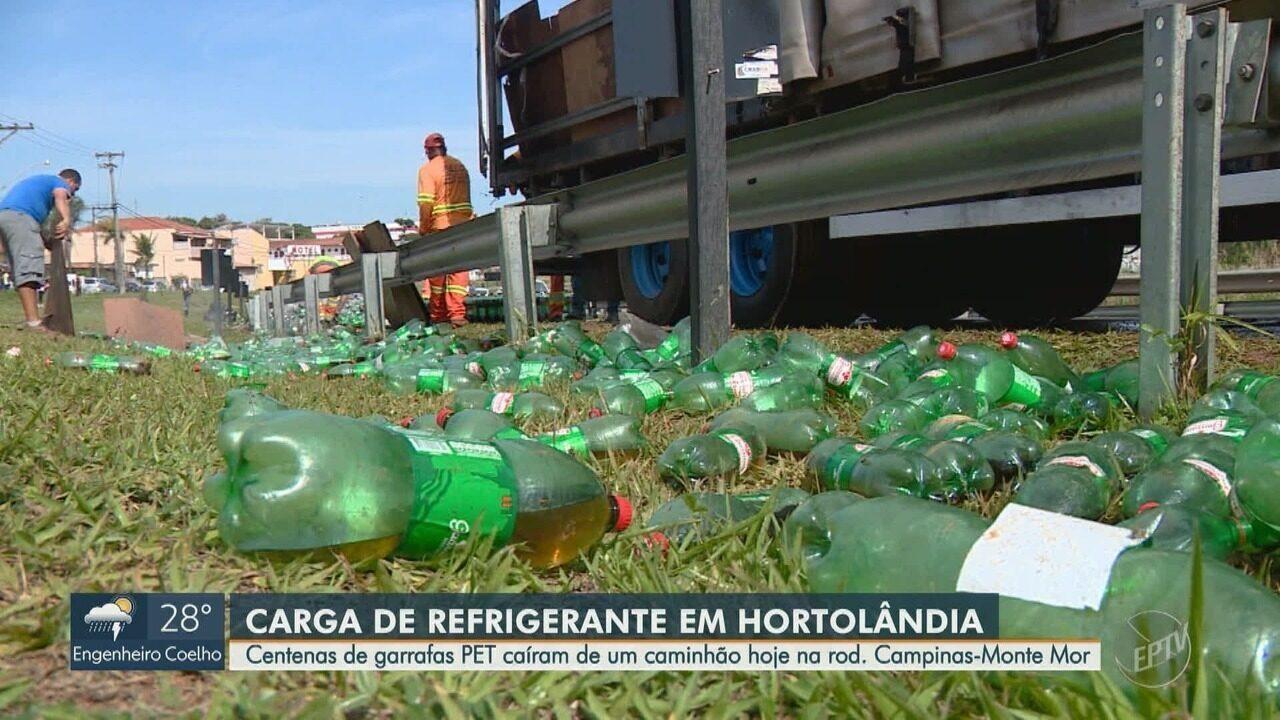 Caminhão derruba carga de refrigerantes na Rodovia Campinas-Monte Mor, em Hortolândia