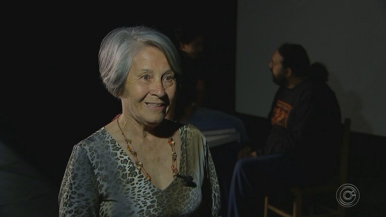 Aos 75 anos, idosa faz teatro e inspira atores em Itapetininga