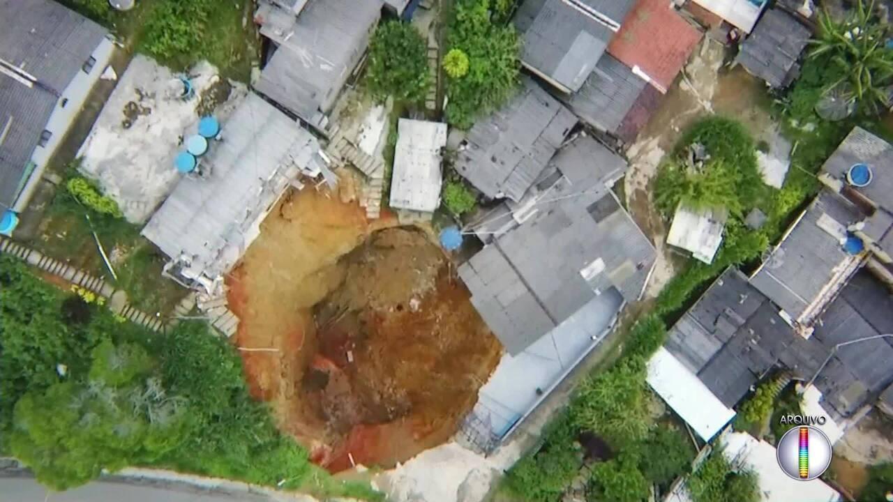 Fiscais da ANTT visitam local onde cratera se abriu na BR-040