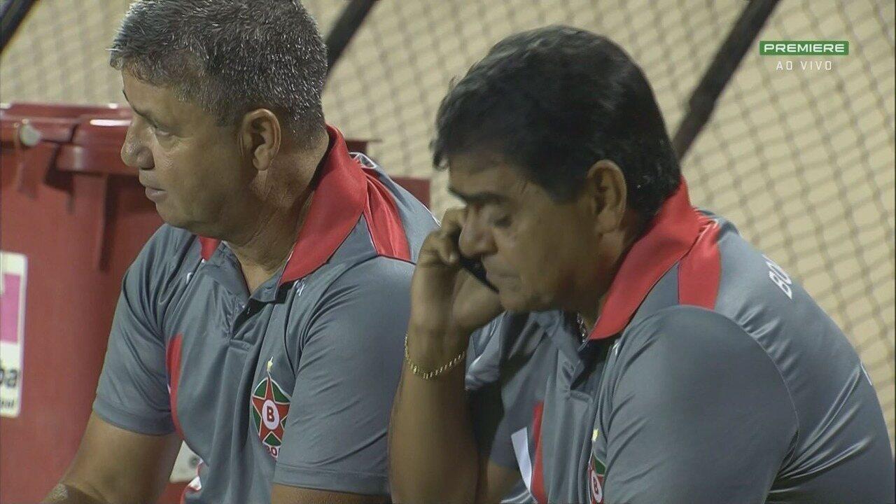 Auxiliar técnico do Boa fala ao celular durante jogo contra o São Bento