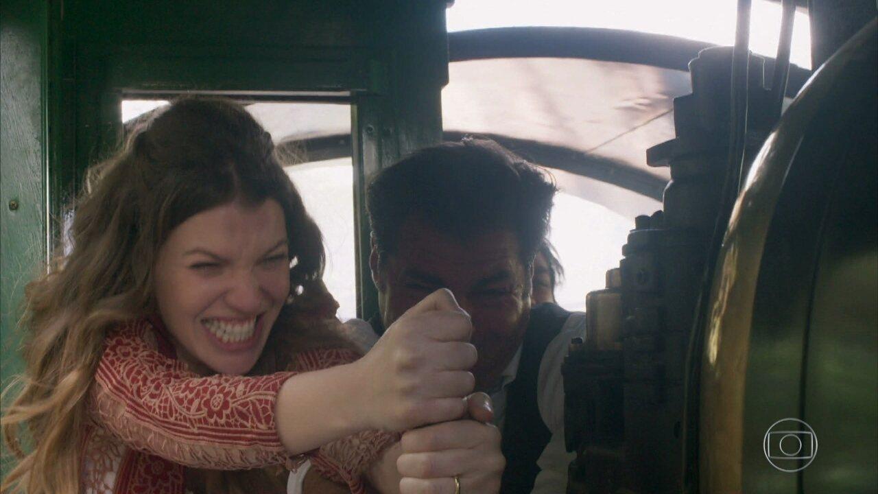 Elisabeta, Darcy e Ernesto tentam parar a locomotiva