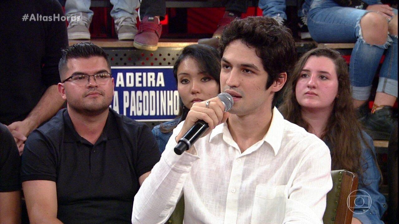 Gabriel Leone fala de filme em que será Roberto Carlos