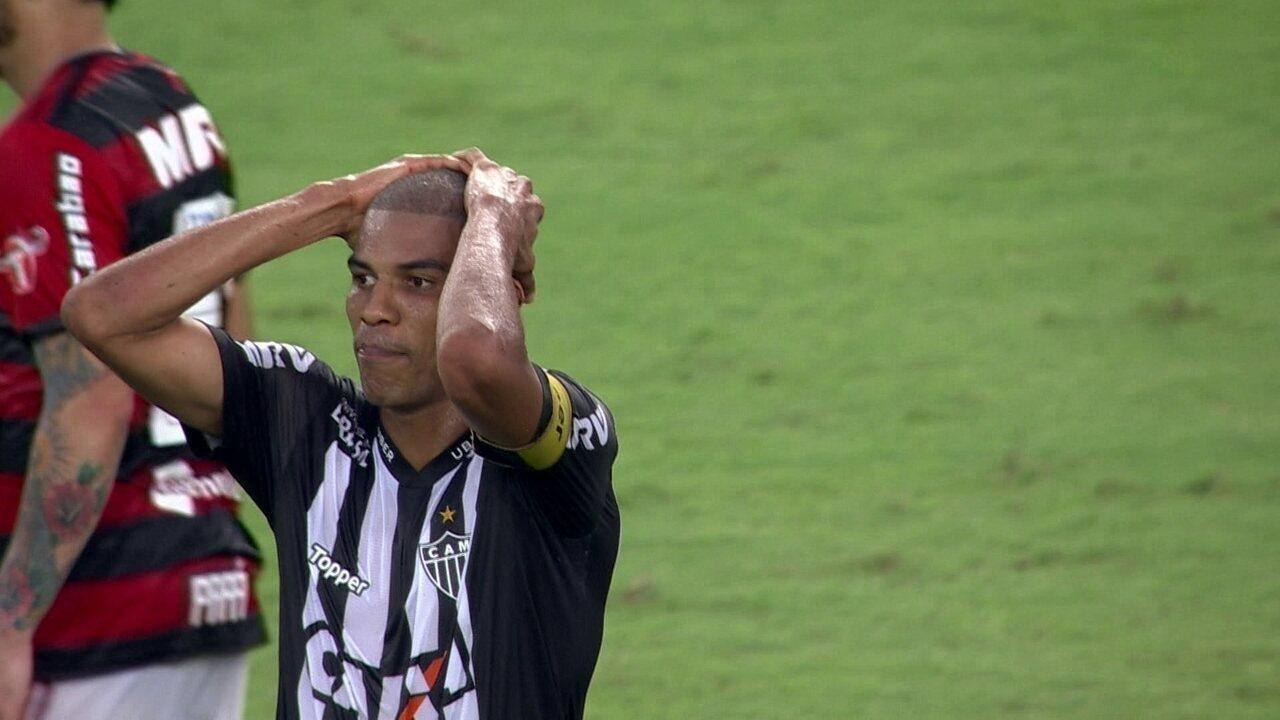 Léo Silva chuta com perigo, mas manda para fora aos 45 do 2ºT
