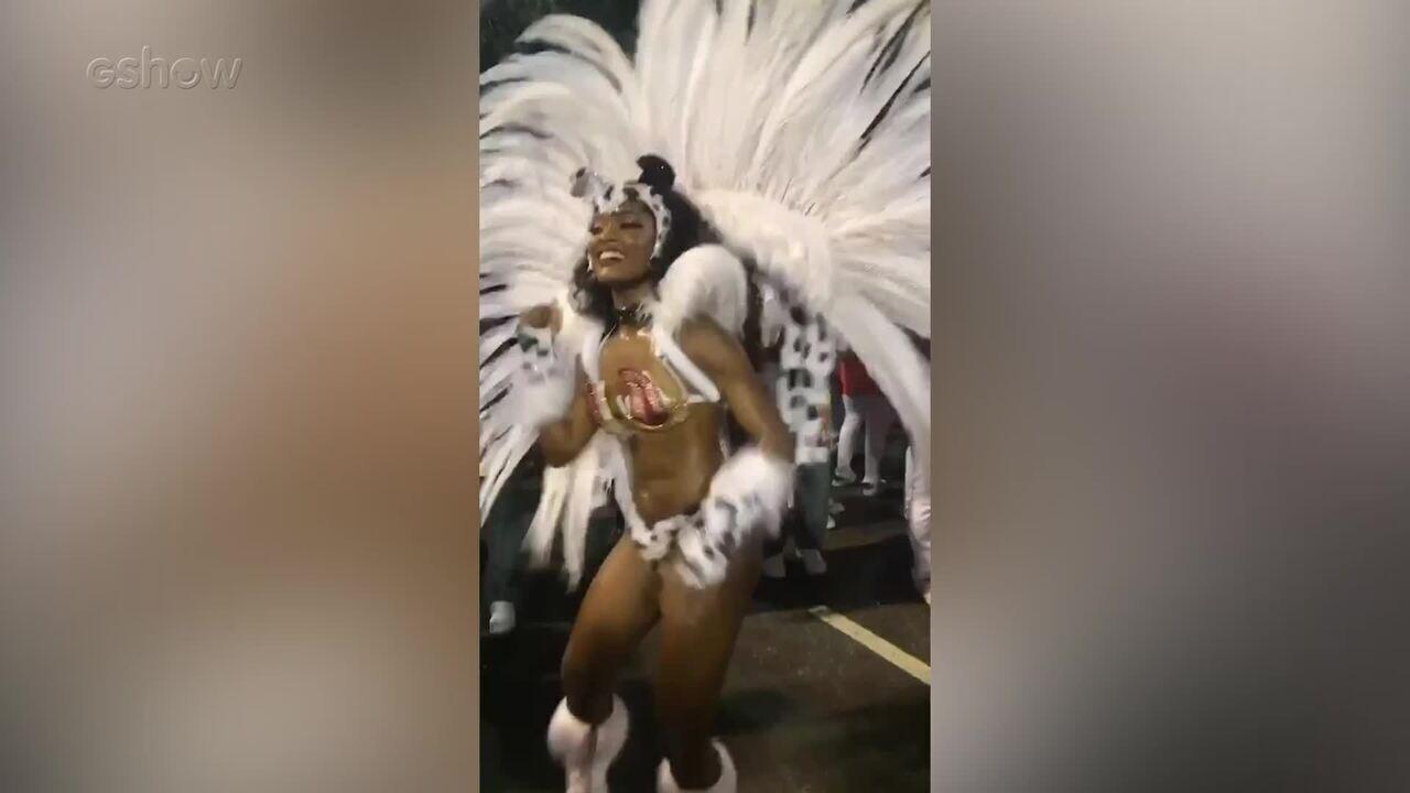 Erika Januza cai no samba no Carnaval