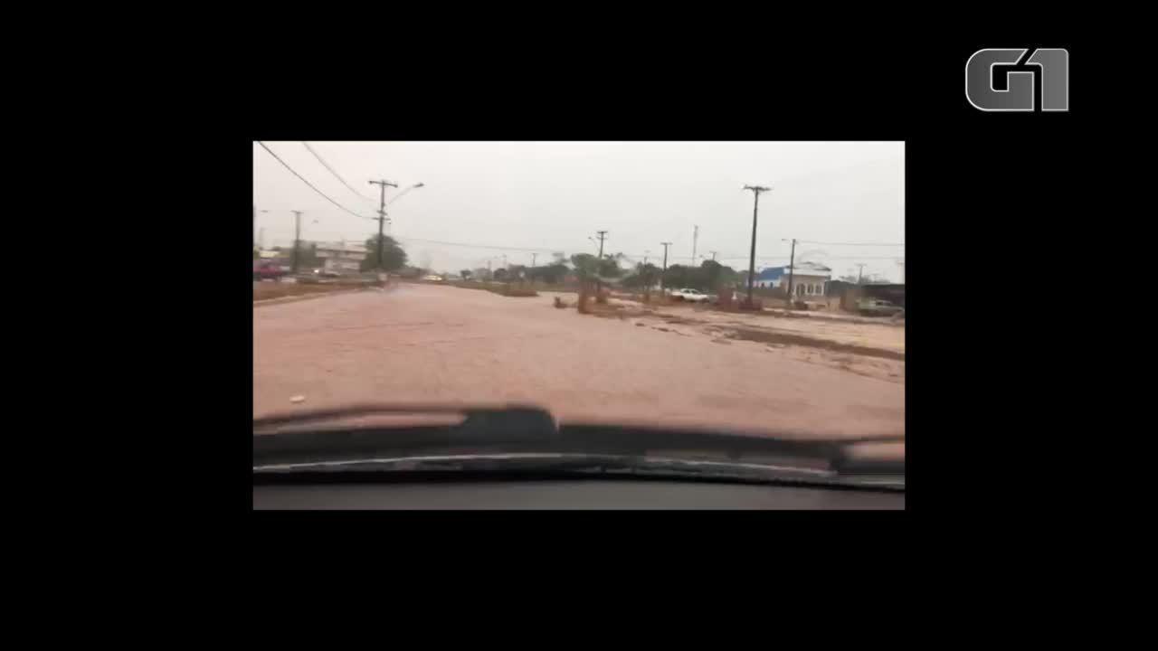 Chuva alaga rua e causa problemas em Palmas