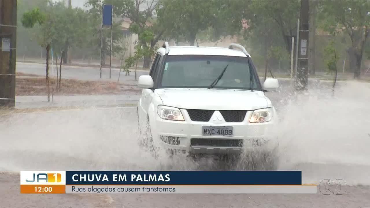 Chuva alaga ruas e causa transtornos para moradores em Palmas
