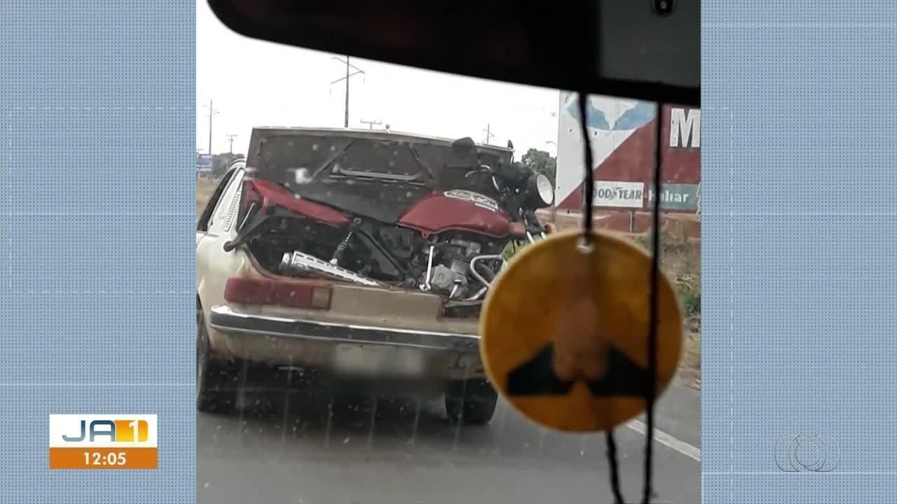 Telespectador envia vídeo flagrante de moto sendo transportada em traseira de carro