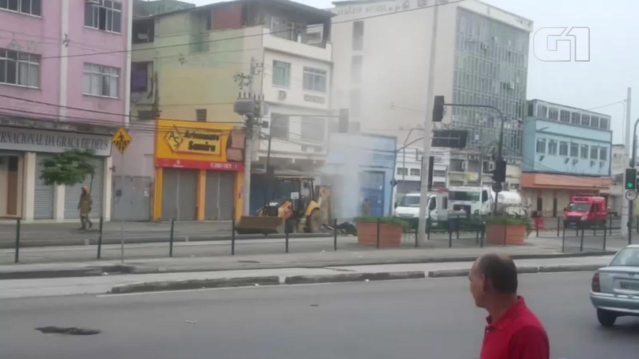 Tubulação de gás estoura e interdita via na Zona Norte do Rio