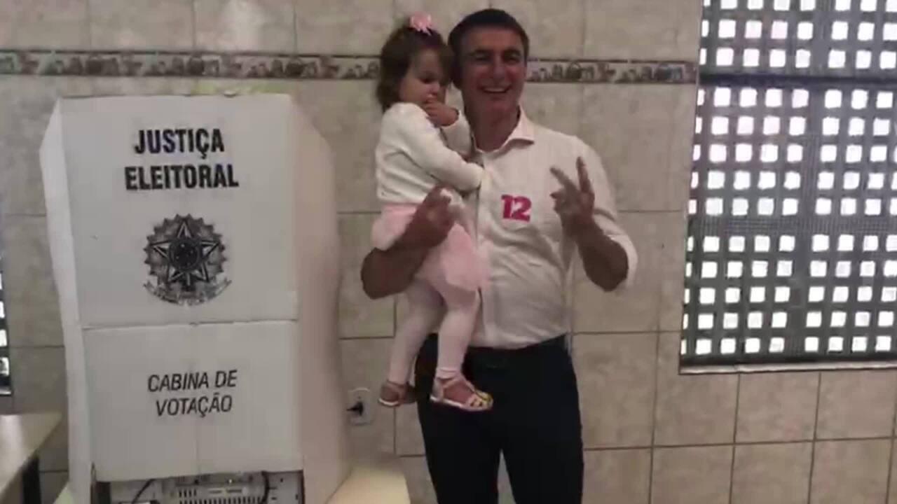 Candidato do PDT ao governo do RJ, Pedro Fernandes, vota em seção na Zona Norte do Rio