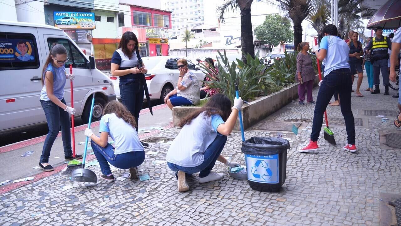Alunos transformam lixo eleitoral em obras de arte em Vila Velha, no ES