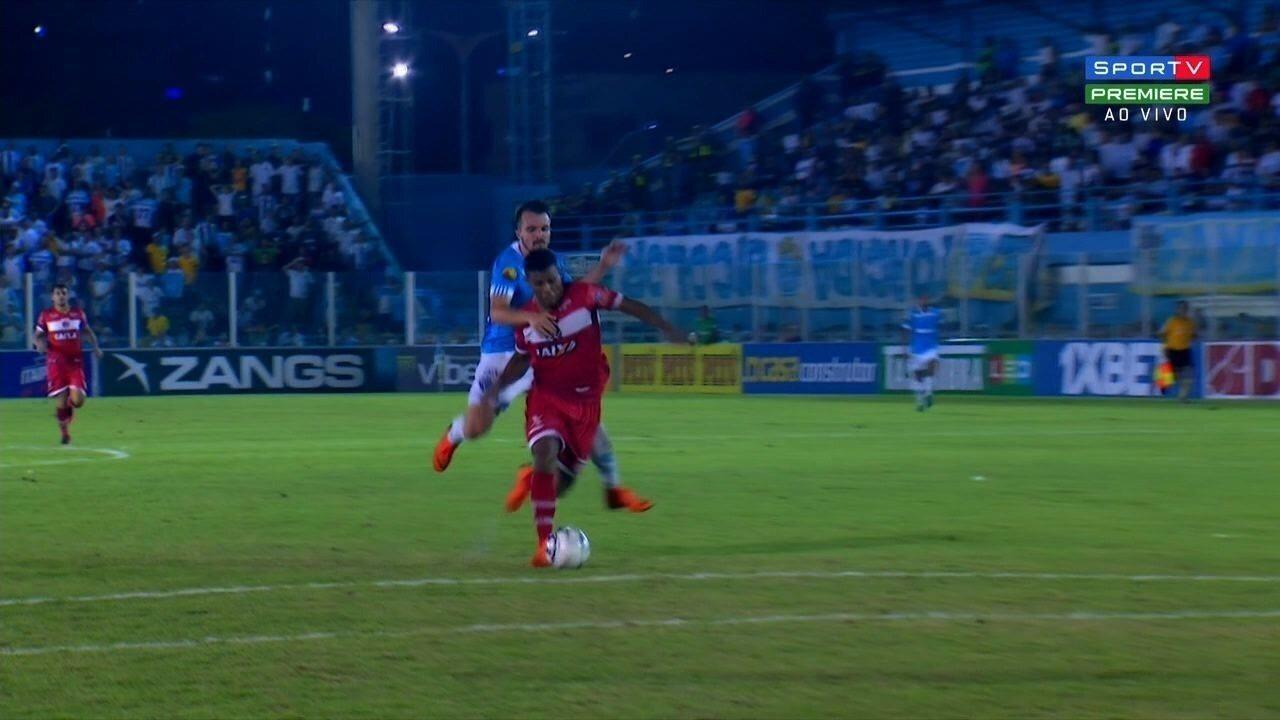 Salva, Renan! Iago quase faz o segundo gol do CRB, aos 43' da 2ª etapa
