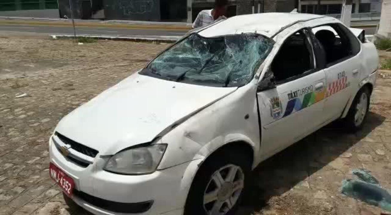 Táxi sobra em curva e capota em Mangabeiras, Maceió