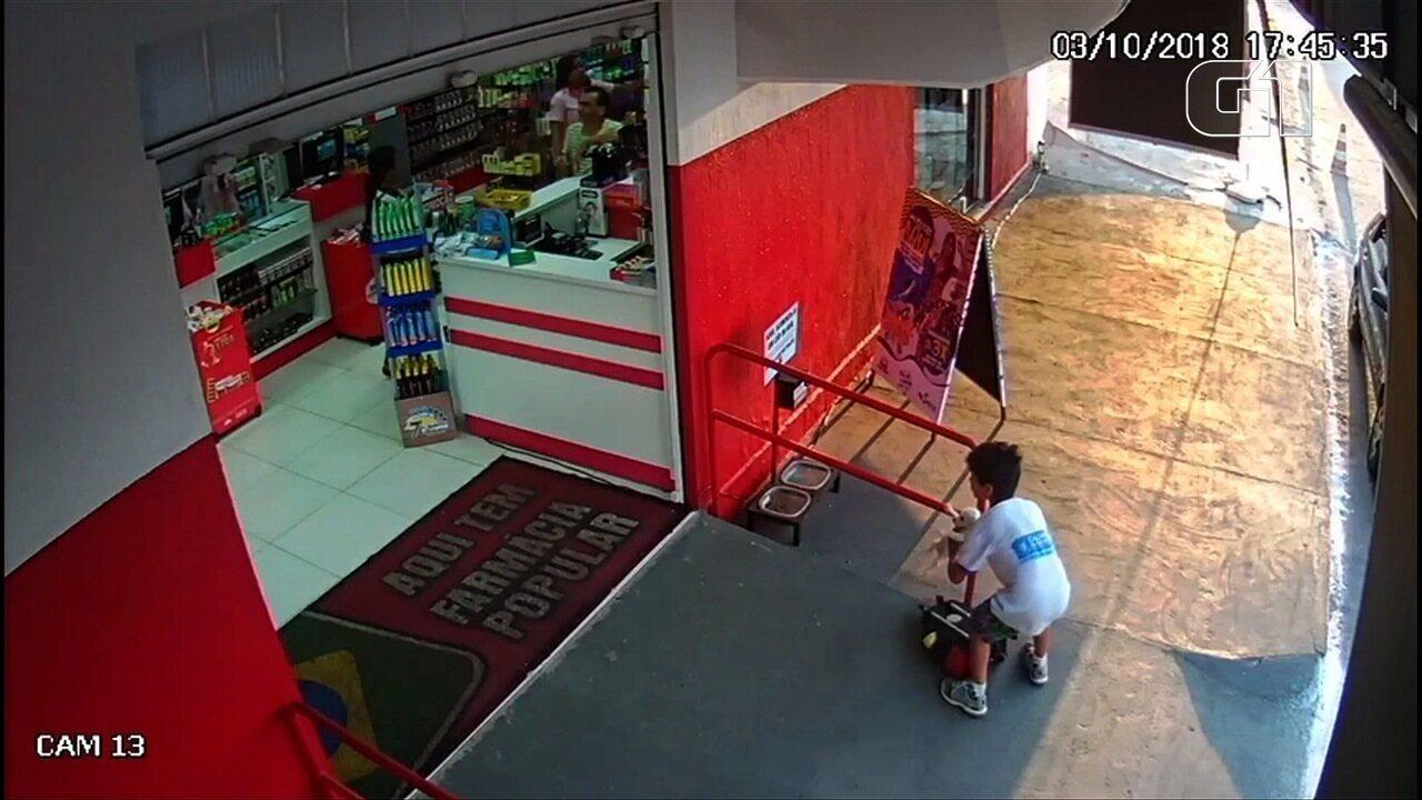Menino salva filhote de cachorro abandonado, o leva para comer, e vídeo bomba na web