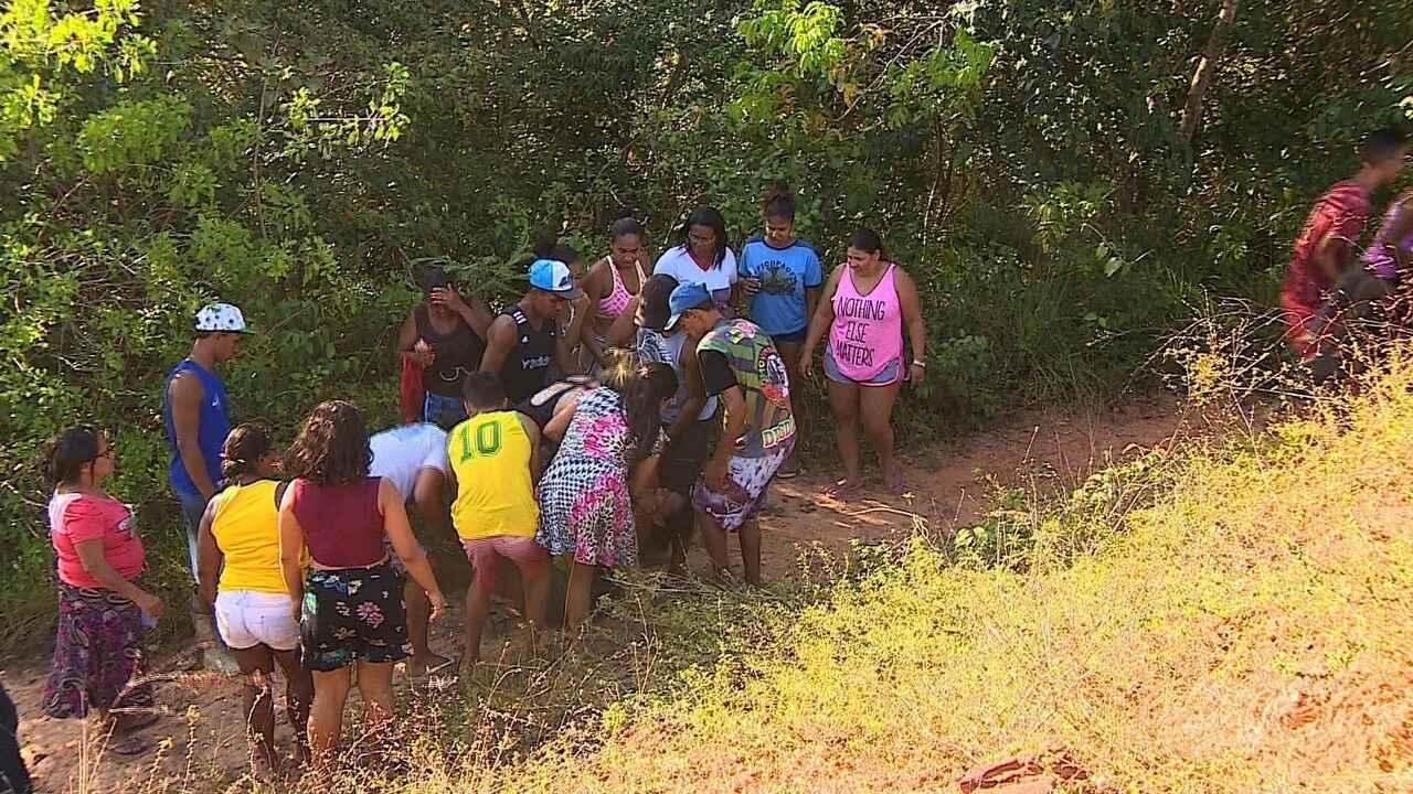 Menino de oito anos é levado por dois homens enquanto brincava em área de mangue