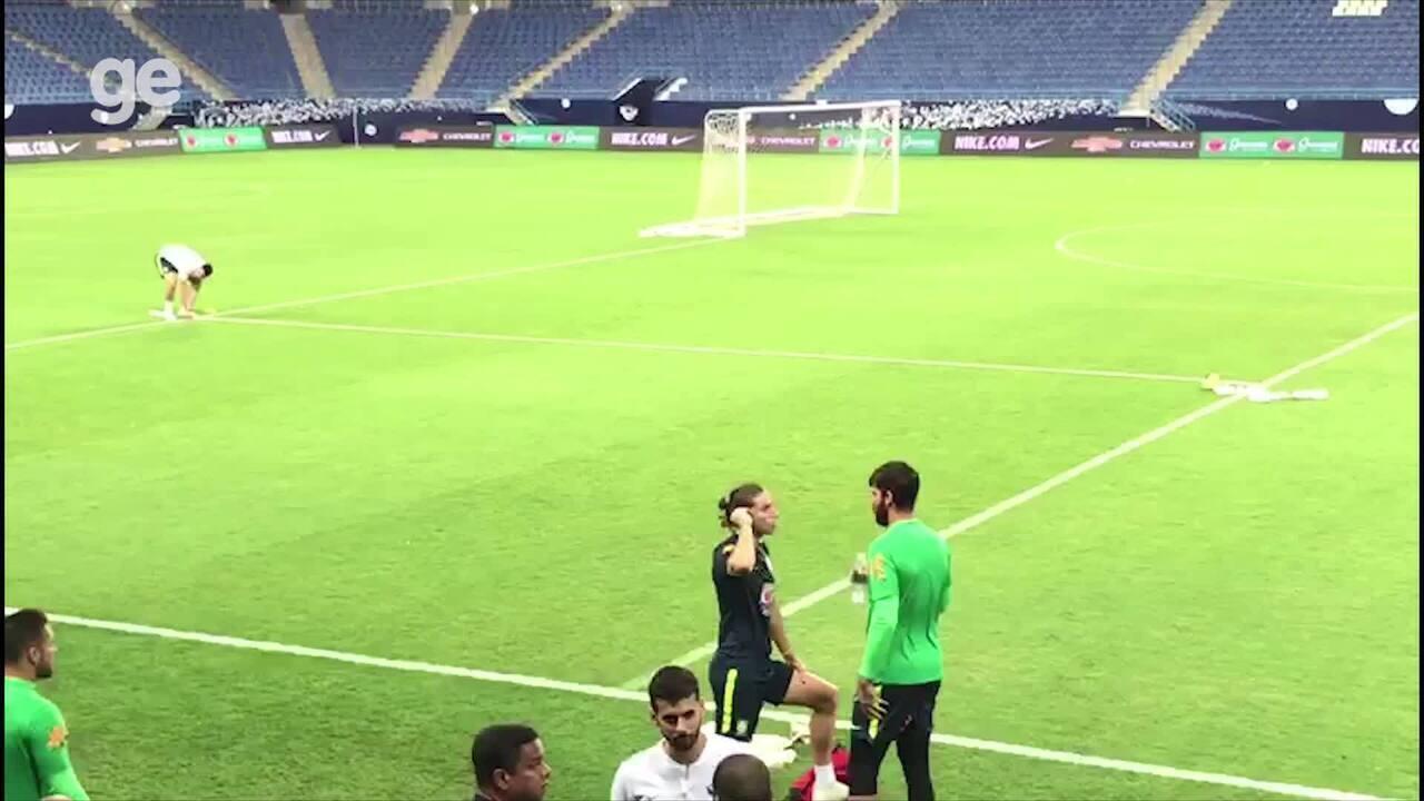 Seleção se prepara para o treino enquanto muçulmanos são chamados a rezar