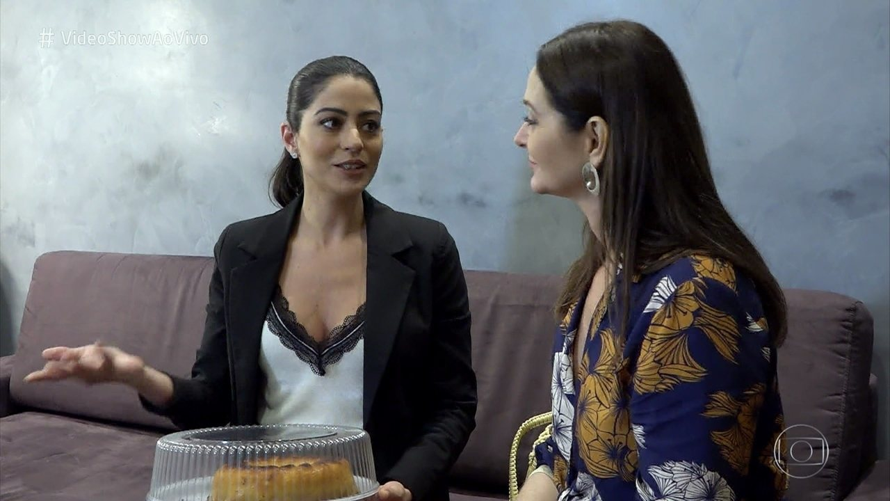 Alexandra Richter leva bolo da sorte para Carol Castro