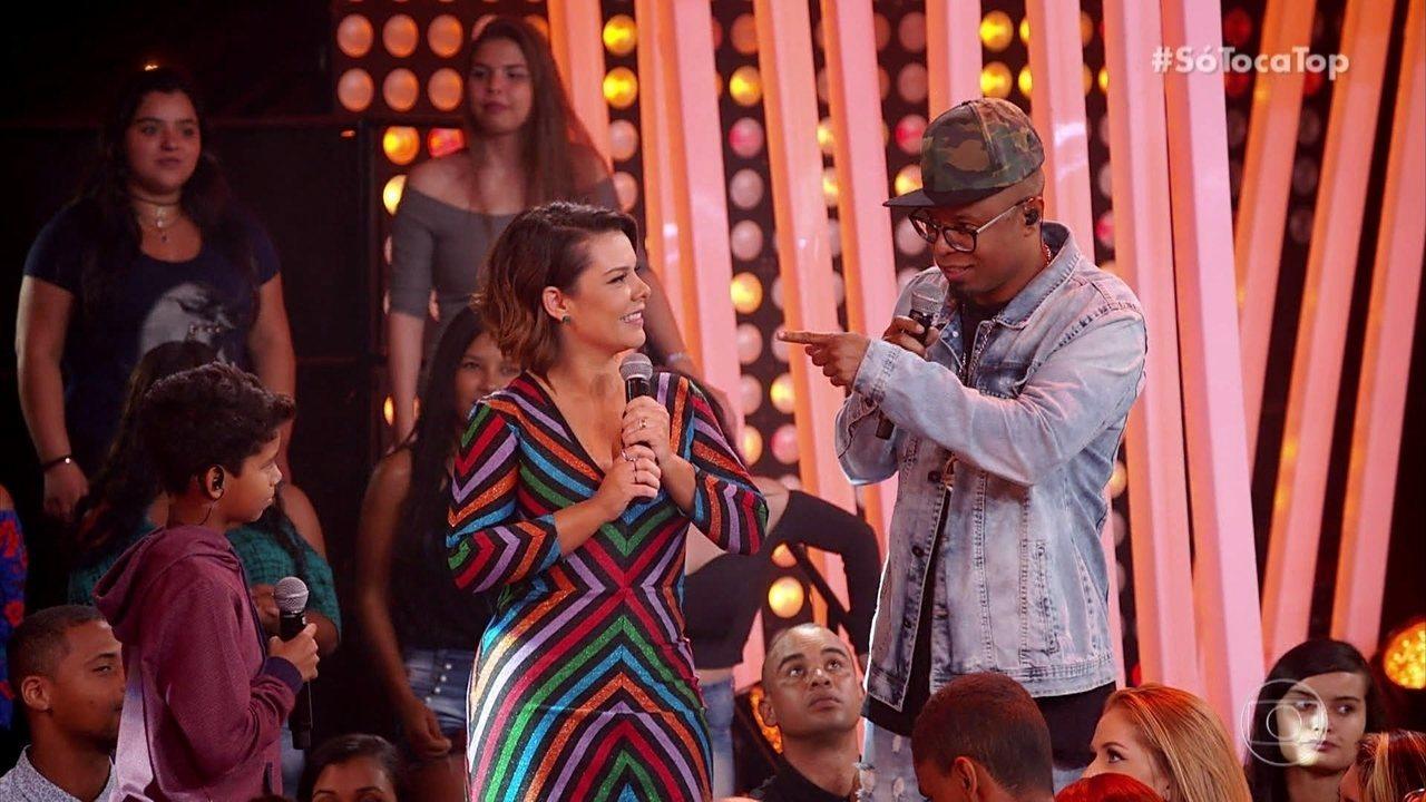 Buchecha e MC Bruninho se encontram no palco do SóTocaTop