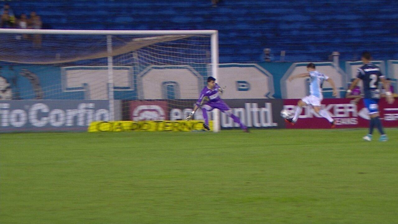Moccelin rola para Dagoberto completar, mas Rodrigo Viana faz defesa, aos 26 do 2º tempo