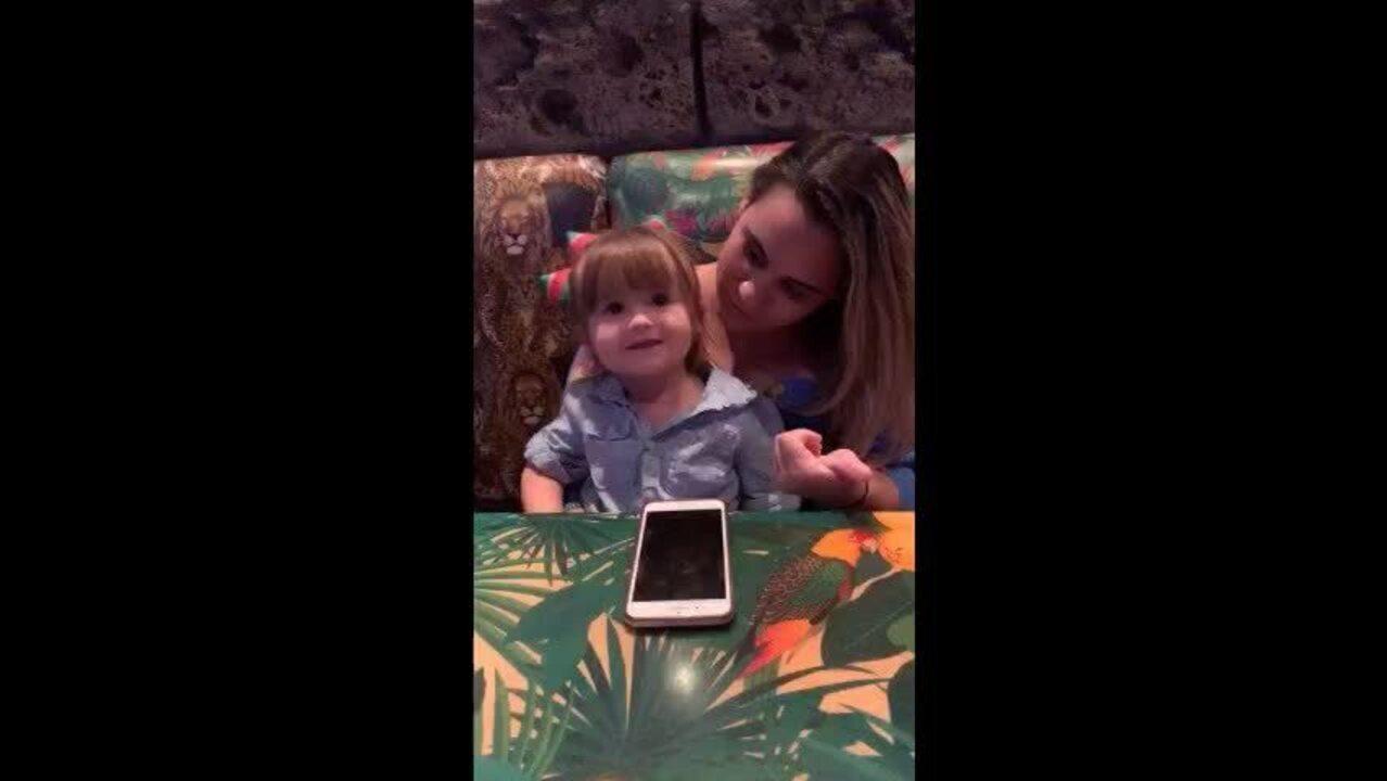 Cearense de dois anos viraliza na web ao pedir cuscuz na Disney