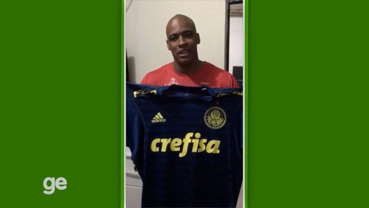 Resultado de imagem para Deyverson e Jailson doam camisas do Palmeiras para ajudar no tratamento de criança