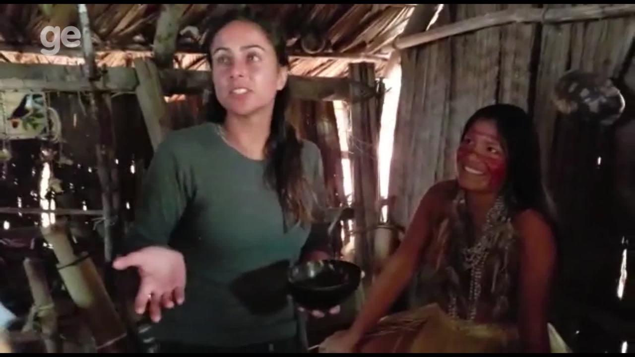 Índia oferece larva a Carol Barcellos durante a Expedição Brasil na Amazônia