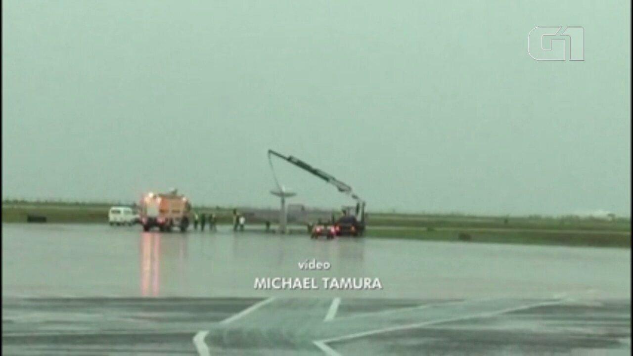Avião que ficou de ponta-cabeça após temporal é desvirado no Aeroporto de Maringá